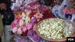 Tradisi Nyekar atau ziarah ke makam keluarga sebelum bulan Ramadhan, membawa keuntungan tersendiri bagi penjual bunga musiman.