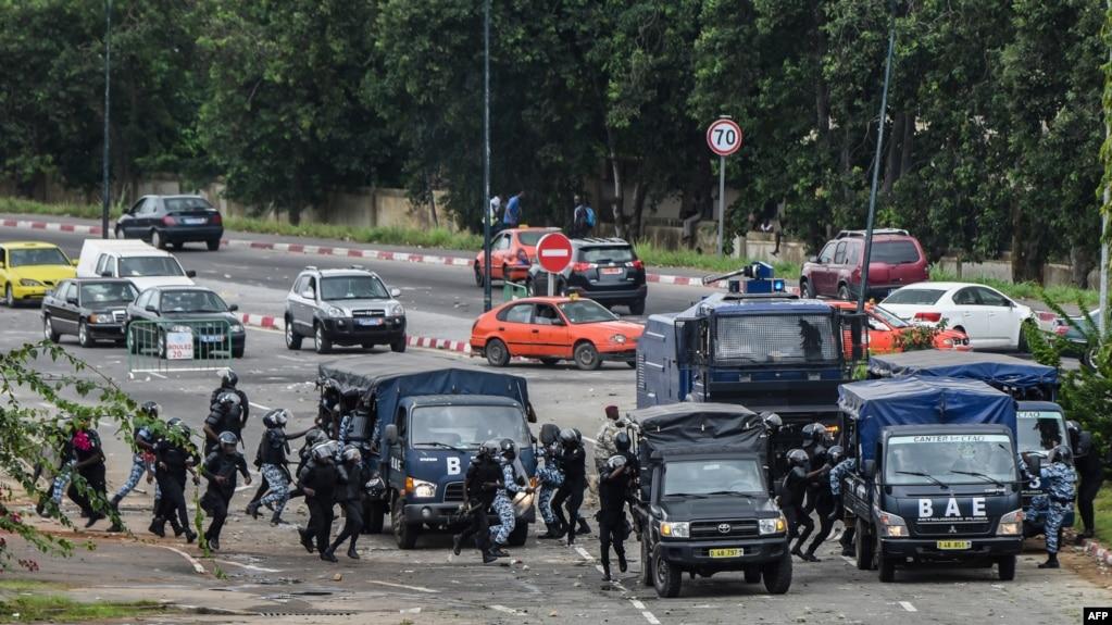 Des policiers lors d'une manifestation contre la hausse des coûts de l'éducation à l'Université Felix Houphouet Boigny, à Abidjan, le 18 septembre 2017.
