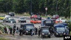 Des policiers s'affrontent aux étudiants (non visibles) lors d'une manifestation contre la hausse des coûts de l'éducation à l'Université Felix Houphouet Boigny, à Abidjan, le 18 septembre 2017.