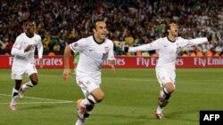 Cầu thủ đội bóng Mỹ Landon Donovan (giữa) cùng với Benny Feilhaber (phải) và Edson Buddle vui mừng sau khi ghi bàn thắng trong trận tranh tài với đội Algeria