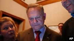 Alabama Cumhuriyetçi Parti adayı Roy Moore seçim sonuçlarını izliyor