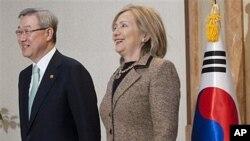 ລັດຖະມົນຕີການຕ່າງປະເທດເກົາຫຼີໃຕ້ ທ່ານ Kim Sung-Hwan ພວມຍ່າງໄປຫ້ອງປະຊຸມ ທີ່ກະຊວງ ຕ່າງປະເທດເກົາຫຼີໃຕ້ ກັບລັດຖະມົນຕີການຕ່າງປະເທດສະຫະລັດ ທ່ານນາງ Hillary Rodham Clinton (16 ເມສາ 2011)