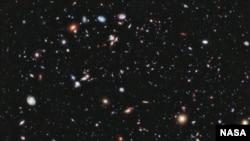 Viễn vọng kính không gian Hubble của NASA giúp các nhà khoa học nhìn thấy được các thiên hà hình thành từ 13,2 tỉ năm, gần với thời hình thành vũ trụ, được ước tính vào khoảng 13,7 tỉ năm
