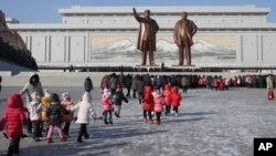Truyền hình nhà nước hôm thứ Tư chiếu cảnh người Bắc Triều Tiên cung kính đặt hoa ở tượng đài cố lãnh tụ Kim Jong Il và cha của ông Kim Il Sung
