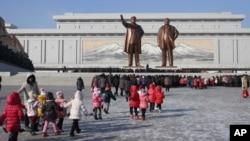 지난 16일 북한 김정일 국방위원장 3주기를 앞두고 주민들이 평양 만수대 언덕을 방문했다. AP 제공 사진.