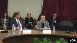副助理國務卿巴斯比(左)與中國律師周丹(右)在放映會(美國之音葉林攝)