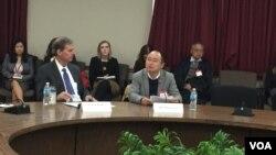 副助理国务卿巴斯比(左)与中国律师周丹(右)在放映会(美国之音叶林摄)