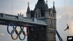 英國皇家海軍陸戰隊士兵乘坐直升機,將奧運聖火護送至倫敦泰晤士河畔。