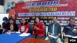 Sejumlah perwakilan organisasi buruh saat menggelar konferensi pers penolakan rencana revisi UU Ketenagakerjaan di kantor LBH Jakarta, Rabu (10/7). (Foto: VOA/Sasmito)