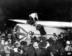 지난 1933년 홀로 세계일주에 성공한 와일리 포스트가 뉴욕의 플로이드 베넷 비행장에 착륙한 후 군중의 축하를 받고 있다.