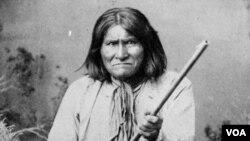 Pahlawan suku Indian-Apache, Geronimo berpose dengan membawa senjata. Geronimo adalah kepala suku Fort Sill Apache abad ke-19.