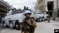 Soldados brasileiros e indianos da força de paz da ONU no Haiti