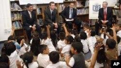 旧金山市长(左二)向学童讲解K2C项目