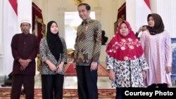 Siti Aisyah, beserta Orang Tua dan Kakaknya bertemu dengan Presiden Jokowi, di Istana Merdeka, Jakarta Selasa (12/3) (Biro Pers Setpres RI).