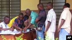 En images : les Béninois aux urnes pour la présidentielle