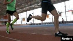 Para atlet Rusia melakukan latihan di pusat olimpiade di Moskow, Rusia (10/11). Federasi Atletik Rusia masih mungkin mengikuti Olimpiade 2016 jika mematuhi semua rekomendasi IAAF.