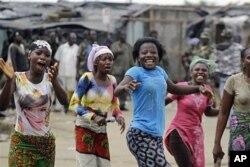 Des jeunes du quartier Youpougon, à Abidjan, réagissant à la capture de Laurent Gbagbo