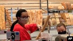 U pekarama u Parizu, prodavci i mušterije nose zaštitne maske.
