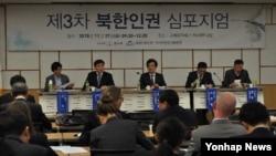 27일 국회 의원회관에서 열린 제3차 북한인권 심포지엄에서 참석자들이 토론하고 있다.