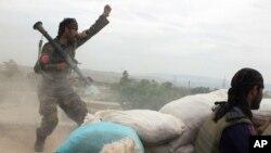 Binh lính thuộc Quân đội Quốc gia Afghanistan tấn công nhóm Taliban ở ngoại ô Kunduz, miền bắc Afghanistan, ngày 16/4/2016.