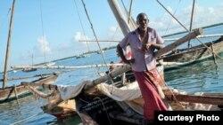 Un homme à bord d'un bateau près de l''île de Lamu, Kenya, 26 novembre 2014. (Hilary Heuler / VOA News)