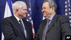 星期四美防长盖茨(左)在特拉维夫与以色列国防部长巴拉克(右)会谈