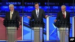 从左起:众议院前议长金里奇;麻萨诸塞前州长罗姆尼;众议员罗纳德.保罗在辩论中