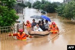 中国江西九江的救援人员正在撤离受洪灾影响的灾民。(2020年7月8日)