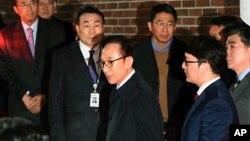 Cựu Tổng thống Hàn Quốc Lee Myung-bak (giữa) rời tư gia để tới trung tâm giam giữ ở Seoul, ngày 23 tháng 3, 2018.