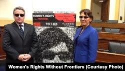 女权无疆界组织负责人瑞洁在国会作证之后,同众议员史密斯带黑眼镜在陈光诚巨幅相片前留影声援陈光诚
