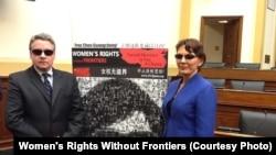 女權無疆界組織負責人瑞潔在國會作證後,同眾議員史密斯帶黑眼鏡在陳光誠巨幅相片前留影聲援陳光誠
