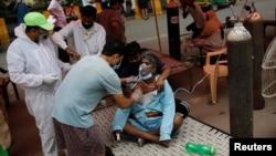 印度加济阿巴德市一名感染新冠病毒的病人在接受氧气治疗。(2021年5月3日)