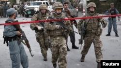 Tentara NATO tiba di lokasi serangan bunuh diri di Kabul, Afghanistan (22/8). Dua tentara NATO tewas dalam serangan atas sebuah kompleks militer di provinsi Helmand, Afghanistan Rabu 26/8.