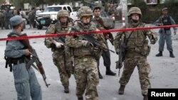지난 22일 아프가니스탄 카불에서 나토 군 병사들이 차량 폭탄 테러 현장에 출동했다. (자료사진)