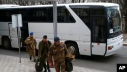 2014年3月12日,歐安組織使團成員走下大巴前往烏克蘭頓涅茨克的一家酒店。