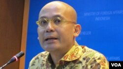 Juru bicara Kementerian Luar Negeri Arrmanatha Nasir dalam jumpa pers di kantornya di Jakarta. (Foto dok. VOA/ Fathiyah Wardah)
