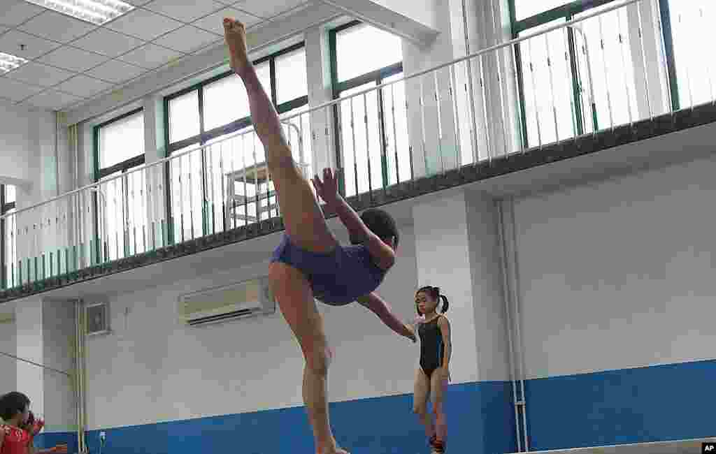 怀揣冠军梦的中国孩子在体校接受训练