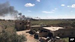 Kolom asap hitam mengepul dari bagian kecil terakhir dari wilayah yang dikuasai oleh militan ISIS ketika pejuang yang didukung AS (SDF) menyerang daerah itu dengan tembakan artileri dan serangan udara sesekali, seperti terlihat dari luar Baghuz, Suriah, 3 Maret 2019.