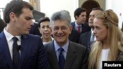 Albert Rivera (izquierda), junto al presidente de la AN, Henry Ramos Allup y Lilian Tintori, esposa del preso político, Leopoldo López.