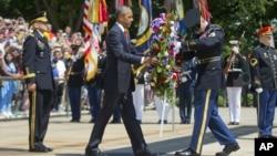 바락 오바마 미국 대통령이 25일 미국의 현충일인 '메모리얼데이'를 맞아 알링턴 국립묘지에 있는 무명 용사의 묘에 헌화하고 있다.
