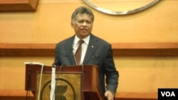Sekjen ASEAN, Surin Pitsuwan memberikan penjelasan mengenai kunjungan Menlu AS Hillary Clinton, 4/9 (foto: VOA/Alina).