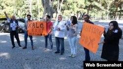 Gürcüstan paytaxtı Tbilisidə Azərbaycan səfirliyinin önündə aksiya keçirilib (Foto Əfqan Muxtarlının facebook səhifəsindən götürülüb)