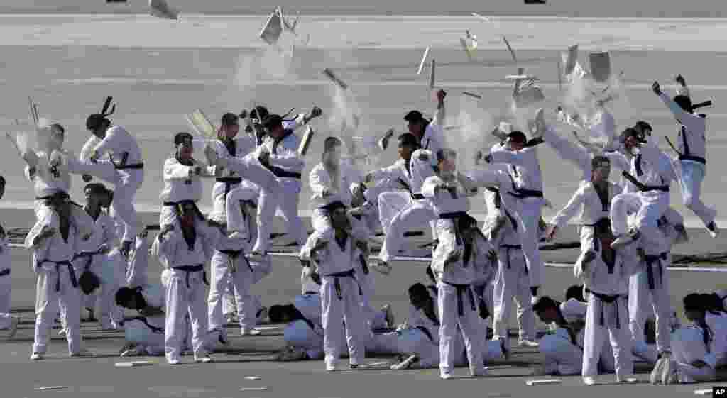 Binh sĩ thuộc Quân Đặc chủng Nam Triều Tiên biểu diễn taekwondo nhân kỷ niệm 65 năm ngày Quân lực nước này tại sân bay quân sự Seoul ở Seongnam.