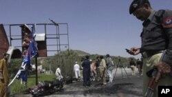 30 مارچ، 2011، پشاور کے قریب صوابی میں خودکش دھماکے کے بعد پولیس افسر جگہ کا معائنہ کررہا ہے۔