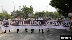 """印度示威者在新德里手举写着""""我们的国家我们的土地,中国军队滚出去""""字样的横幅举行抗议活动。(2020年6月19日)"""