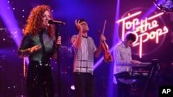 지난해 12월 영국의 4인조 혼성 악단 클린 밴딧(Clean Bandit)과 제스 글린이 런던에서 열린 BBC 성탄 특집 히트팝 무대에서 'Rather Be'를 부르고 있다.