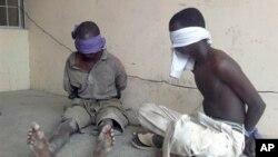 지난 3월 나이지리아 당국에 붙잡힌 무장단체 보코하람조직원들의 모습.
