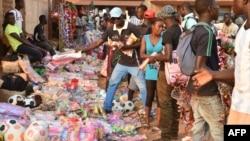 Des habitants sur le marché de Bangui, en Centrafrique, le 23 décembre 2015.