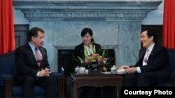 美國國會眾議院外交事務委員會主席羅伊斯 (左) 與台灣總統馬英九 (右) 2月20日在台灣總統府舉行會談(台灣總統府提供)