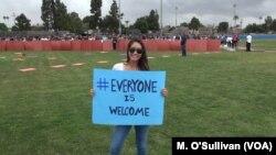 志愿者手持欢迎标语
